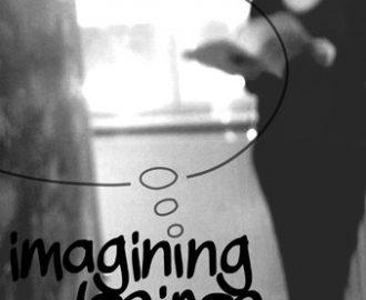 Promobild Imagining Desires - klein: Eine stehende person liest in einem heft Schriftzug und Gedankenblase