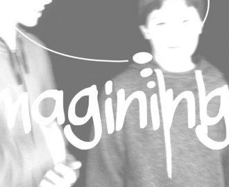 Promobild Imagining Desires - klein: 2 Personen die miteinander reden darüber eine gedankenblase und Teile des Schriftzugs